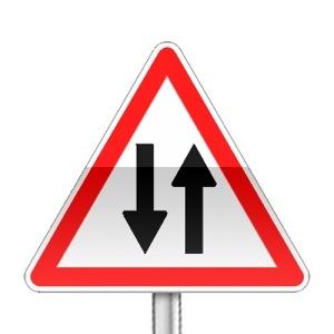 Panneau de danger annonçant une circulation en double sens