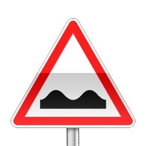 Panneau de danger indiquant un cassis ou dos-d'âne