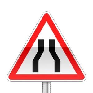 Panneau de danger indiquant que la chaussée se rétrécie
