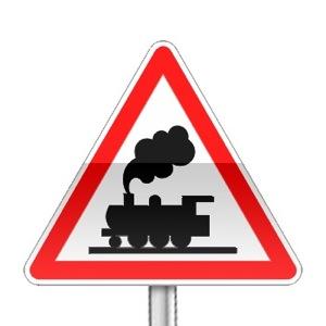 Panneau de danger annonçant un passage à niveau sans barrières ni demi barrières