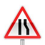 Panneau de danger indiquant que la chaussée se rétrécie par la droite