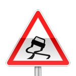 Panneau de danger indiquant une chaussée glissante