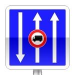 Conditions particulières de circulation par voie sur la route suivie. Le panneau indique les conditions particulières de circulation telles que nombre de voies, sens de circulation par voie, ou indications concernant une ou plusieurs voies de la chaussée