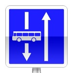 Conditions particulières de circulation par voie sur la route suivie. Le panneau indique les conditions particulières de circulation telles que nombre de voies, sens de circulation par voie, ou indications concernant une ou plusieurs voies de la chaussée.
