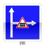 Conditions particulières de circulation sur la route ou la voie embranchée. Le panneau indiquent les conditions particulières de circulation telles que nombre de voies, sens de circulation par voie, ou indications concernant une ou plusieurs voies de la chaussée embranchée.