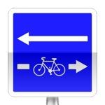 Conditions particulières de circulation sur la route ou la voie embranchée. Le panneau indique les conditions particulières de circulation telles que nombre de voies, sens de circulation par voie, ou indications concernant une ou plusieurs voies de la chaussée embranchée