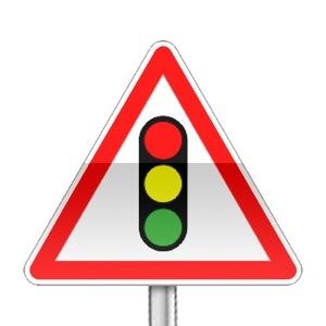Panneau de danger annonçant un feu tricolore