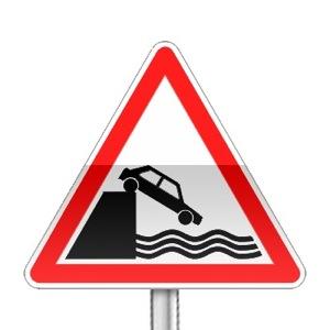 Panneau de danger annonçant un débouché sur un quai ou une berge
