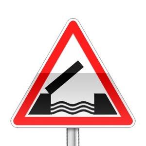 Panneau de danger indiquant un pont mobile