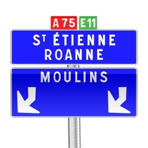 Panneau de direction de confirmation de filante avec flèches d'affectation coudées utilisé sur autoroute