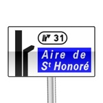 Panneau de direction d'avertissement de sortie donnant également accès à une aire de service ou de repos, avec affectation de voie