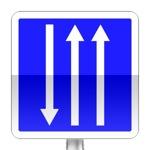 Panneau d'indication d'un créneau de dépassement à trois  voies affectées : deux voies dans un sens et une voie dans l'autre