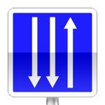 Panneau d'indication d'un créneau de dépassement à trois  voies affectées : une voie dans un sens et deux voies dans l'autre