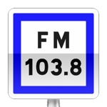 Panneau d'indication de fréquence d'émission d'une station de radiodiffusion dédiée aux informations sur la circulation routière et l'état des routes