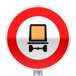 Panneau d'interdiction d'accéder aux véhicules transportant des marchandises dangereuses