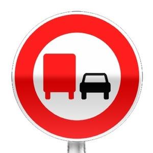 Panneau d'interdiction de dépasser tout véhicule à moteur (sauf 2 roues sans side-car) pour les véhicules affectés au transport de marchandise