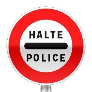 Panneau d'interdiction, arrêt au poste de police