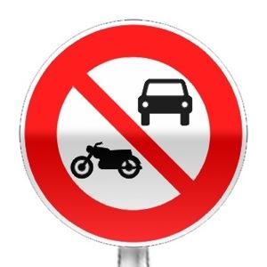 Panneau d'interdiction d'accès aux véhicules à moteur sauf cyclomoteurs