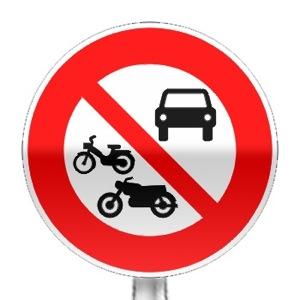 Panneau d'interdiction d'accès aux véhicules à moteur