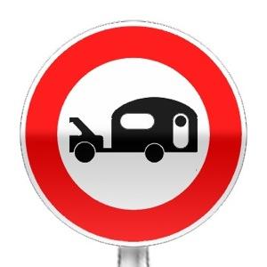 Panneau d'interdiction d'accès aux véhicules tractant un caravane ou une remorque de plus de 250 kg