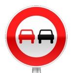Panneau d'interdiction de dépasser tout véhicule à moteur sauf 2 roues sans side-car