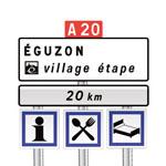Panneau de  pré-signalisation d'un village étape à 20km environ