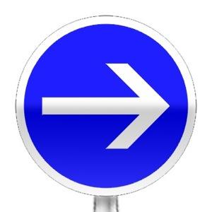 Panneau d'obligation de tourner à droite avant le panneau