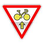 Panonceau autorisant un cycliste à franchir la ligne d'arrêt du feu afin de s'engager sur la voie située en continuité.